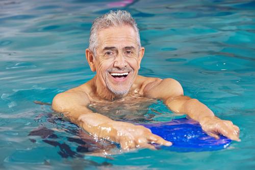 Aulas de natação para a terceira idade: conheça os benefícios!